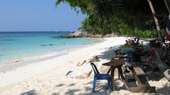 Lille Sanom Beach ligger gjemt bak en odde.